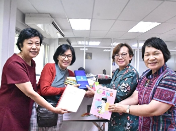Dr. Udomphon Yingpaibunsuk Receiving nursing books and educational equipment From Khun Suthathip Himmpraporn, mother of Mr Chawanat Hampraporn, alumni of the College of Nursing and Health