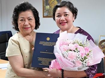 คณบดีวิทยาลัยพยาบาลและสุขภาพ มอบช่อดอกไม้แสดงความยินดีกับ อาจารย์ ดร. นภพรพัชร มั่งถึก เนื่องในโอกาสสำเร็จการศึกษาระดับปรัชญาดุษฎีบัณฑิต สาขาพยาบาลศาสตร์ จากมหาวิทยาลัยธรรมศาสตร์